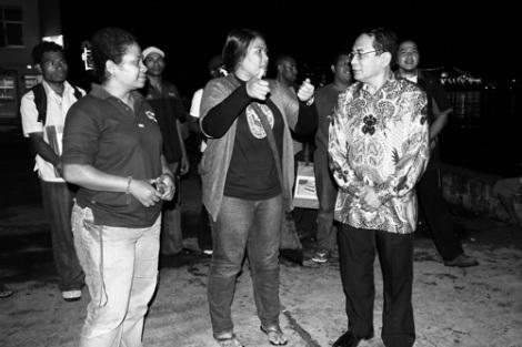 Butet Kaby dan Fibra karim dari Flash Papua sedang berbincang-bincan dengan pak Bunas dari Kerukunan Keluarga Minang Papua